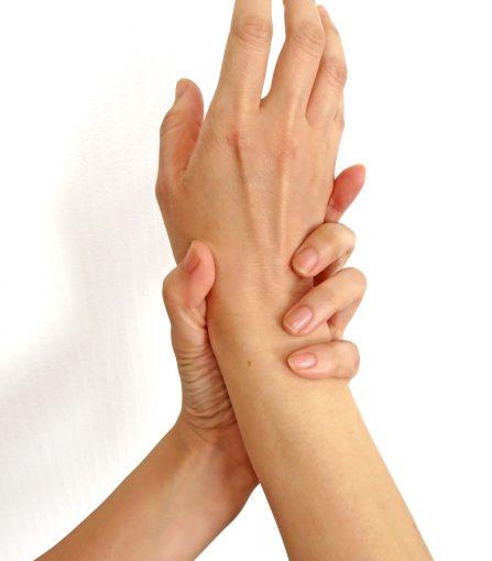 手のしびれを感じているイメージ